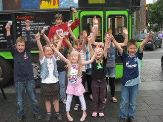 Kinder und Jugendlichen, die beim Filmdreh als Schauspieler und Crew-Assistenten dabei sind.