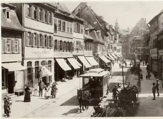 Die Pferdebahn vor der Kronen-Apotheke in der Spitalstraße
