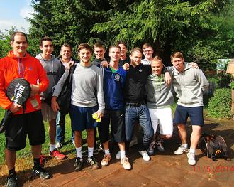 Unsere Jungs mit ihren Gegnern vor dem Spieltag   Foto:Wolfgang Breunig