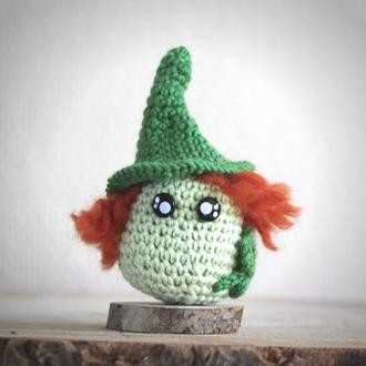 personnage totem fantastique leprechaun irlandais, vert avec cheveux roux, fait à la main au crochet