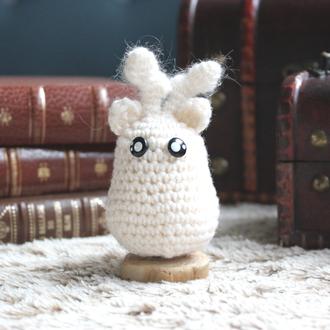 personnage totem fantastique, animal totem renne des neiges blanc avec des bois, fait à la main au crochet