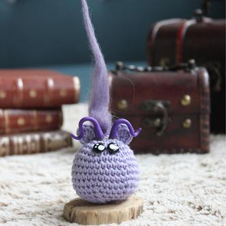 personnage totem fantastique troll violet avec cheveux, fait à la main au crochet
