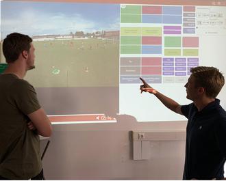 Niki Kronberger (Vorkader Wels, rechts) und Simon Schindler (Tormanntrainer) beim Workshop Videoanalyse im Nachwuchsfußball.