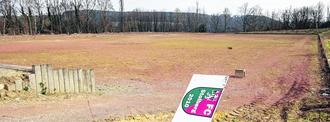 Neue Hoffnung für den FC Stolberg: Die rote Asche kann auf der Rotsch verbleiben, wenn sie zur Seite geschoben und abgedichtet wird. Das macht die Vermarktung des alten Sportplatzes wirtschaftlicher.