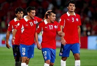 Mark González consuela a Medel al término de la primera mitad del Chile-Argentina.