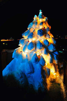 Tanne aus Schnee 2012/13 beleuchtet / Illuminated christmas tree of snow 2012/13