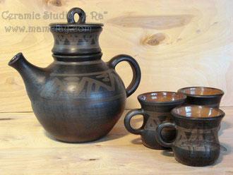 15-38.  Керамический чайник ручной работы с инфундиркой и кружками.