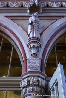 """Kirche St. Petri - Apostelfigur -  Inschrift: """"1952 Gestiftet von dankbaren Gemeindegliedern denen in GOTTES GNADEN die PETER-KIRCHE in Altentreptow HEIMAT war und blieb +"""