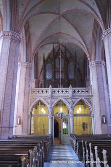 Kirche St. Petri - Blick auf Orgel und Apostelfiguren Petrus und Paulus an der Orgelempore