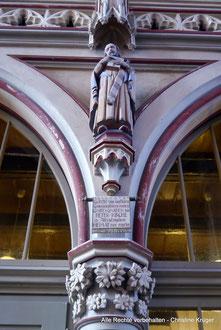 """Kirche St. Petri - Apostelfigur - Inschrift: """"1952 Gestiftet von dankbaren Gemeindegliedern denen in GOTTES GNADEN die PETER-KIRCHE in Altentreptow HEIMAT wurde"""