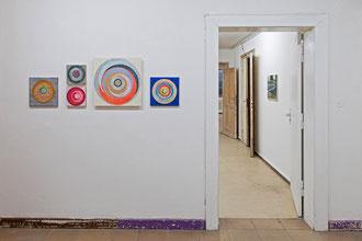 """Bettina Weiß, v.l.n.r. """"Tare #5"""", 30 x 30 cm Acryl, Tusche auf Leinwand, 2019,  Oben: """"Eileen #3"""", 2019, Unten: """"Eileen #2"""",  beide   je 20 x 20 cm, Acryl,Tusche auf Holz, 2019,  """"Briel"""", 50 x 50 cm, Öl, Acryl auf Holz, """"Tare #6"""", 30 x 30 cm Acryl,Tusche"""