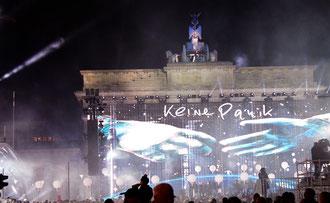 """""""Keine Panik"""" - Projektion auf das Brandenburger Tor, Lichtergrenze Nachts am 9.11.2014. Foto: Helga Karl"""