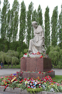 """Mutter Heimat"", Blumen am 9. Mai, Sowjetisches Ehrenmal Treptower Park Berlin. Foto: Helga Karl"