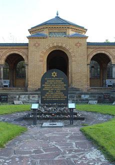 Eingang Jüdischer Friedhof Weissensee, Gedenken an die Opfer des  Holocaust. Foto: Helga Karl