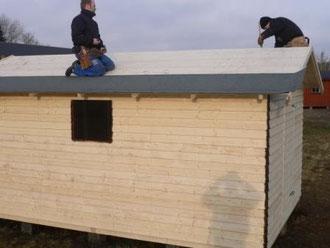 Montera och fäst takpappen nerifrån med överlapp