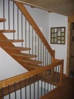 Lärchentreppe mit Chromstahl-Staketen