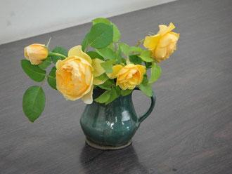 なんとか、グラハム?きれいな黄色のバラです。Uさんはこれを上手く横の構図でまとめられ、油彩を描かれました。