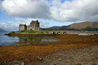 Eilean Donan Castle. Auf de Weg nach Wester Ross machen wir hier nochmals kurz Halt um die Burg und Loch Duich bei schönem Wetter zu bestaunen.