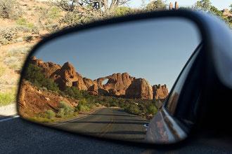 Spielerei mit dem Rückspiegel: Skyline Arch von der Straße aus fotografiert.