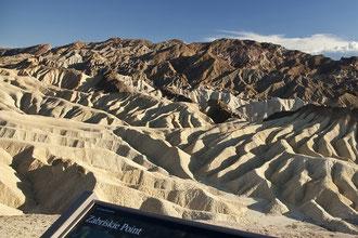 Zabriskie Point ist für seine bizarren Erosionslandschaften bekannt.