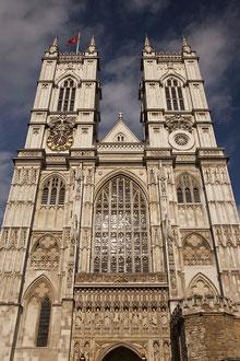 Westminster Abbey ist eine Kirche im Stadtteil City of Westminster. Traditionell werden hier die Könige von England gekrönt und beigesetzt.