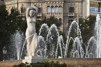 "Schönheiten am Plaça de Catalunya (""Katalonienplatz"")."