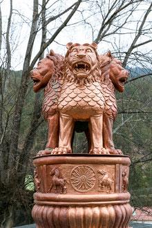 Statue vor dem Dzong im Haa-Tal