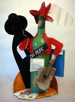 Tío Pepe neocubista. Botella, naipes, y hojalata pintadas, 38 x 25 x 15 cm, 2010