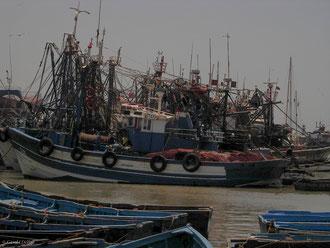 Enchevêtrement de bateaux au Port d'Essaouira au Maroc