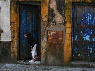 Jeune fille dans l'attente à Essaouira au Maroc