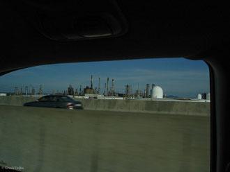 Vue de voiture une raffinerie à la sortie de Montréal au Québec