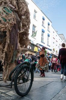 Irlande, Comté du Connemara, Galway, parade de la St-Patrick, comédiens et jongleurs