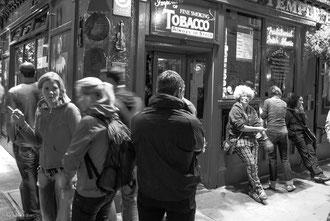 Attroupement devant un pub de Temple Bar à Dublin Irlande