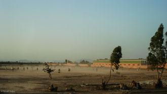 Vent de sable le soir pour des footballeurs à Marrakech au Maroc