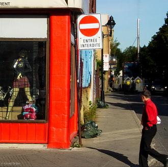 Oeil discret sur un mannequin attirant à Montréal au Québec. Est-ce interdit ?