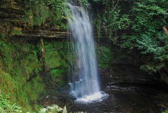 Cascade de Glencar Lough dans le comté de Sligo en Irlande