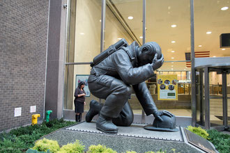 Statue_hommage_pompiers_New_York_2001