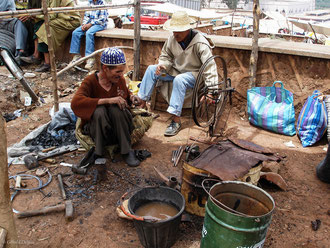 Ferronniers dans un village de l'Atlas au Maroc