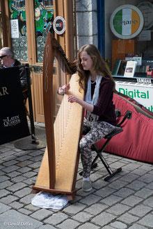 Irlande, Comté du Connemara, Galway, musicienne et sa harpe celtique