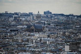 Vue de Montmartre sur les monuments et les toits de Paris