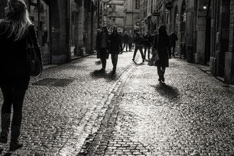 Ombre et lumière, passants sur le pavé lumineux de Toulouse