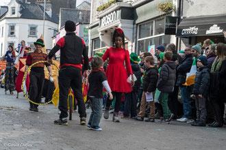 Irlande, Comté du Connemara, Galway, parade de la St-Patrick, comédiens et circassiens