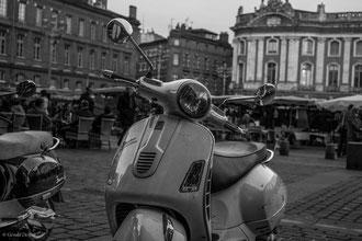 Vespa sur la place du Capitole à Toulouse