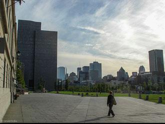 Immeubles modernes près du Saint-Laurent à Montréal au Québec