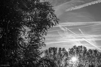 Ciel zébré par les avions, Rosny-sous-bois, Ile-de-France