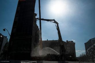 Paris XIII, tour des sablières, destruction en contre-jour