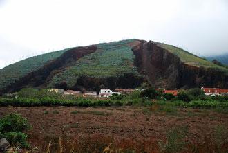 Habitations au pied d'une ancienne bouche éruptive, Canarie, Tenerife