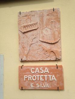 targa in terracotta realizzata da Luigi Scaglioni