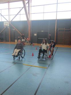 Photo représentant une senibilisation de parcours fauteuil avec l'un des bénévoles d'OREA