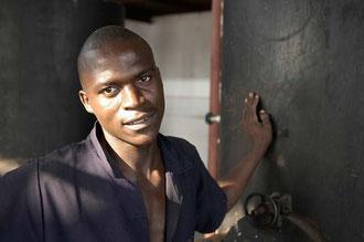 In großen Tanks werden die Cashew Kerne erhitzt / Cashew -Tansania